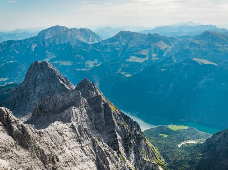 Am Gipfel Der Watzmann Suedspitze Blick In Die Watzmann Ostwand Und Auf Den Koenigssee