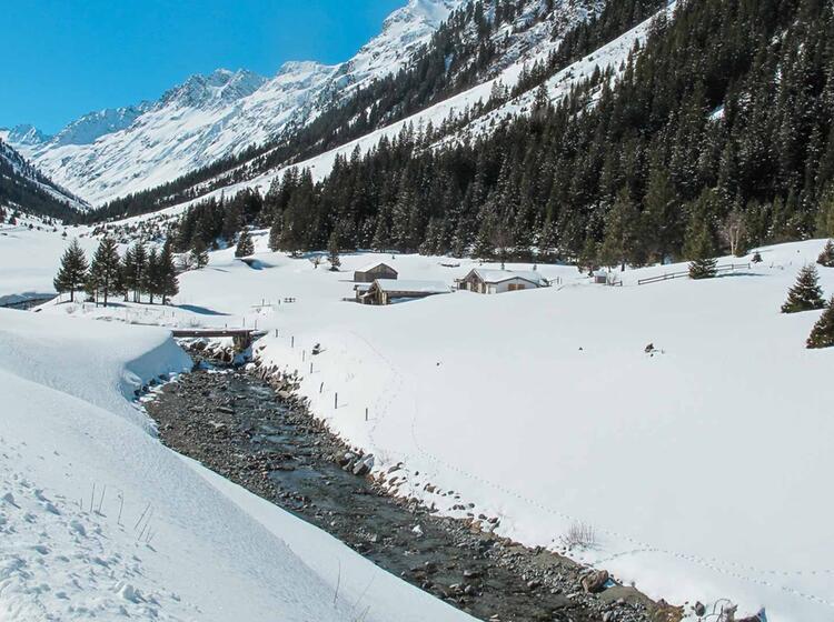 Auf Halbem Weg Zur Jamtalhu Tte Mit Schneeschuhen