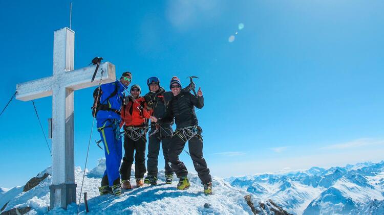 Der Gipfel Des Piz Buin Mit Bergfu Hrer