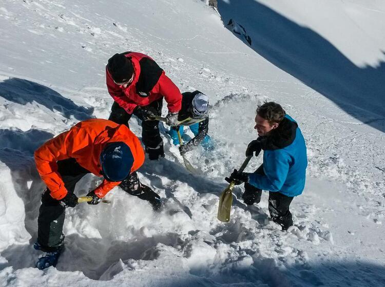Richtiges Bergen Eines Lawinenopfers Am Skitourenkurs