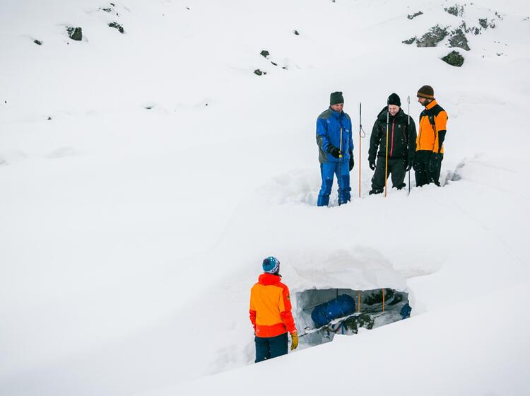 Sondieren Auf Dem Skitourenkurs Jamtalhuette In Der Silvretta
