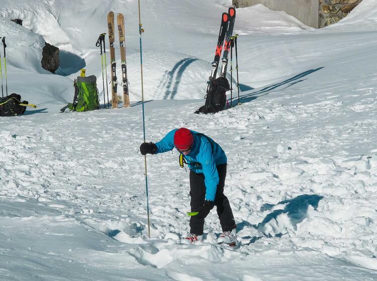 Sondieren Und Lvs Suche Am Skitourenkurs Und Tiefschneekurs