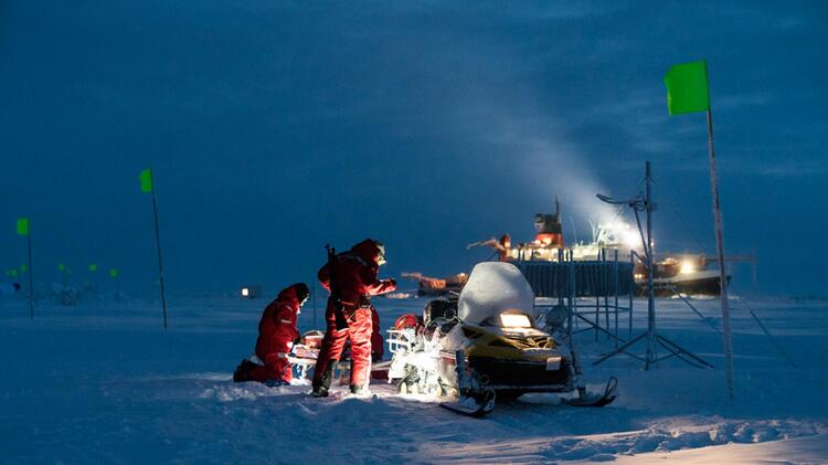 Wissenschaftler Sortieren Ihre Ausruestung Auf Dem Skidoo In Der Einbrechenden Polarnacht